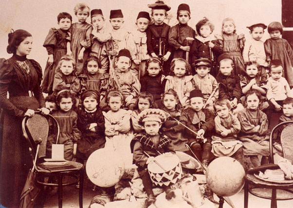 Class photo of kindergarten students in Riʾshon le-Tsiyyon, 1898.